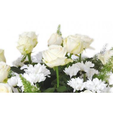 zoom sur les roses blanches de la composition de fleurs