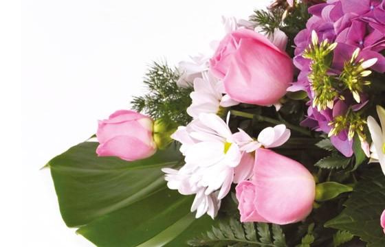 zoom sur des roses roses de la composition florale de deuil Memory