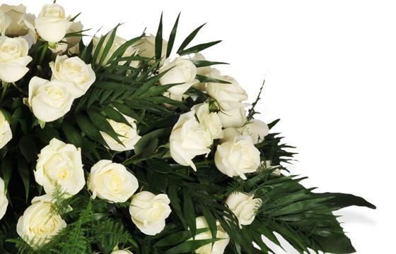 zoom sur un ensemble de roses blanches de la raquette de deuil