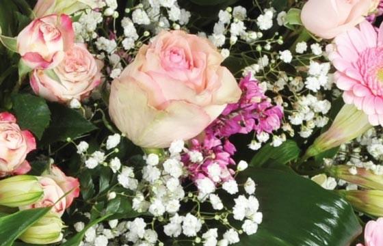 vue sur des roses roses et du gypsophile de la composition de deuil repos éternel