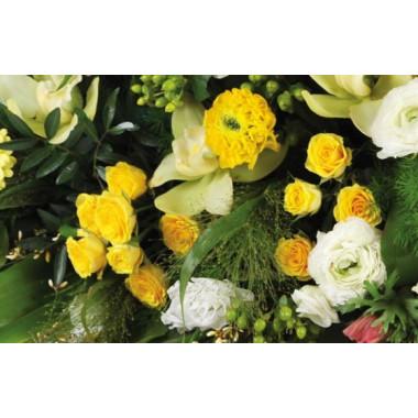 vue sur des roses jaunes de la composition d'enterrement Comète