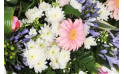 vue sur des refours blancs et un gerberas rose
