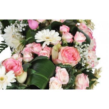 zoom sur un ensemble floral de la couronne de deuil