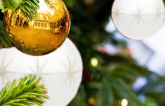image du Sapin de Noël Décoré Blanc et Or