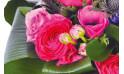 zoom sur des renoncules du Bouquet rond de saison Sarah