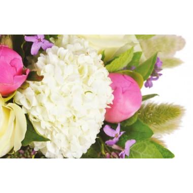 zoom sur un oeillet blanc du bouquet de fleurs