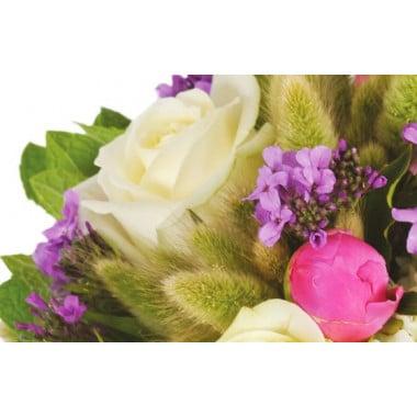 zoom sur une rose blanche du bouquet floral