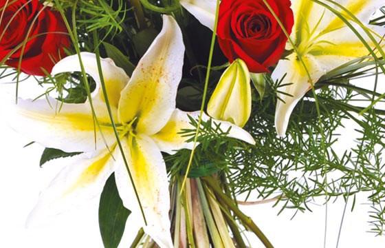 zoom sur un lys blanc du bouquet Duchesse