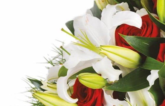 Bouquet rond de roses rouges   lys blanc   Livraison fleurs à domicile - L   4c3d132e6ed