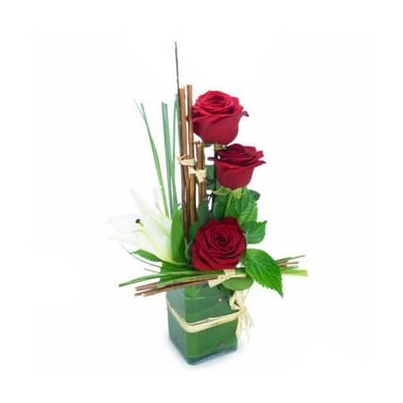 L'Agitateur Floral | image de la composition de roses rouges et fleuron de lys blanc