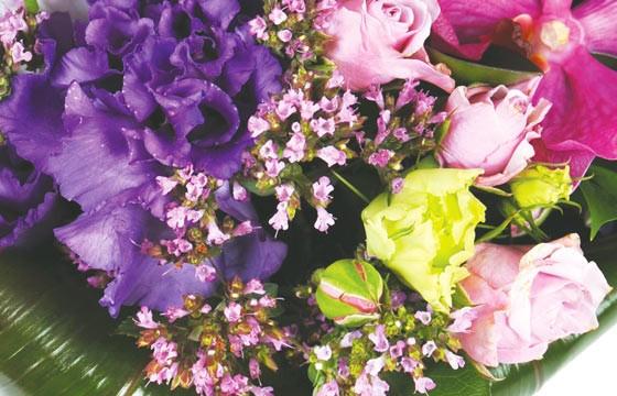 sur sur un ensemble floral du bouquet de fleurs