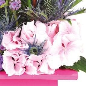 Composition de fleurs roses th tral livraison par un for Livrer une rose