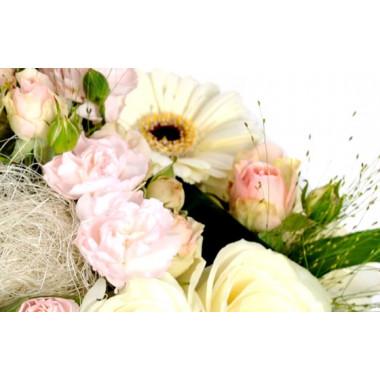L'Agitateur Floral |zoom sur une rose rose de la Composition de fleurs blanche Charme