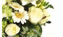 zoom sur des germinis et roses blanches de la composition florale