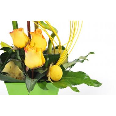 vue sur le bas de la composition, sur des roses jaunes