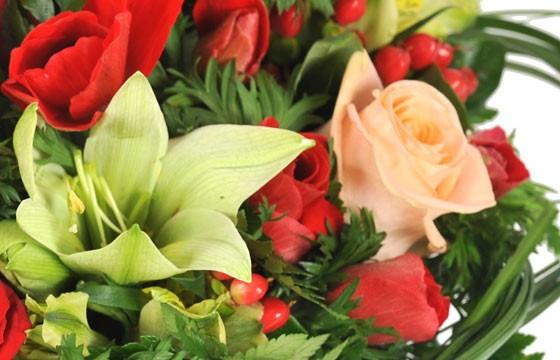 vue sur un fleuron de lys et rose rose pâle de la composition