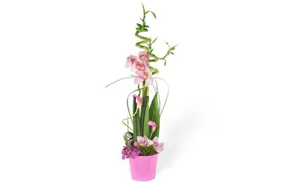 image de la composition de fleurs dans les tons roses