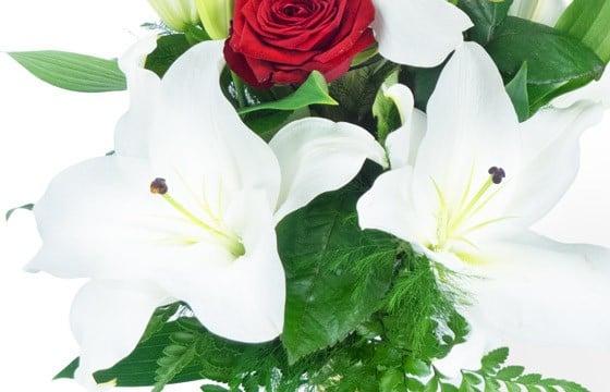 L'Agitateur Floral | zoom sur les lys du Bouquet de fleurs Mystère de Roses