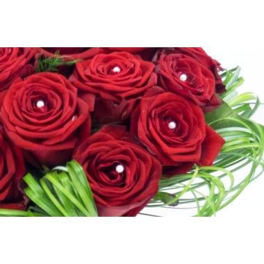 zoom sur les roses rouges et les perles nacre