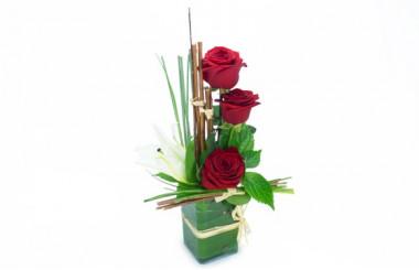 image de la composition de roses rouges et fleuron de lys blanc