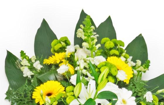 vue sur le haut de la création florale de deuil