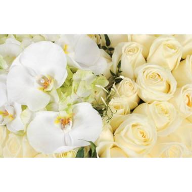 zoom sur le centre du coeur en fleurs sur les roses blanches et orchidées