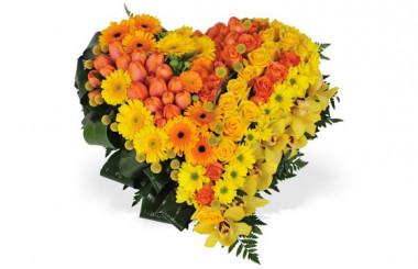 image du coeur de deuil fait de fleurs jaunes et oranges