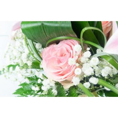 L'Agitateur Floral | vue sur une magnifique rose rose et du gypsophile