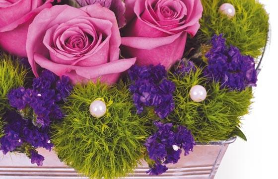 vue sur une roses fuchsia et les décoration de la composition de roses victoria
