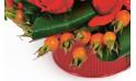 zoom sur le bas de la composition de fleurs rouges
