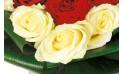zoom sur les roses blanches du bouquet de roses