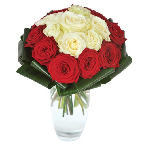 Bouquet rond st valentin serr dans les tons de rouge et for Commander un bouquet