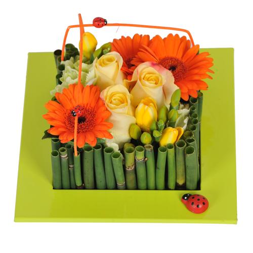 livraison composition originale avec des fleurs printanières